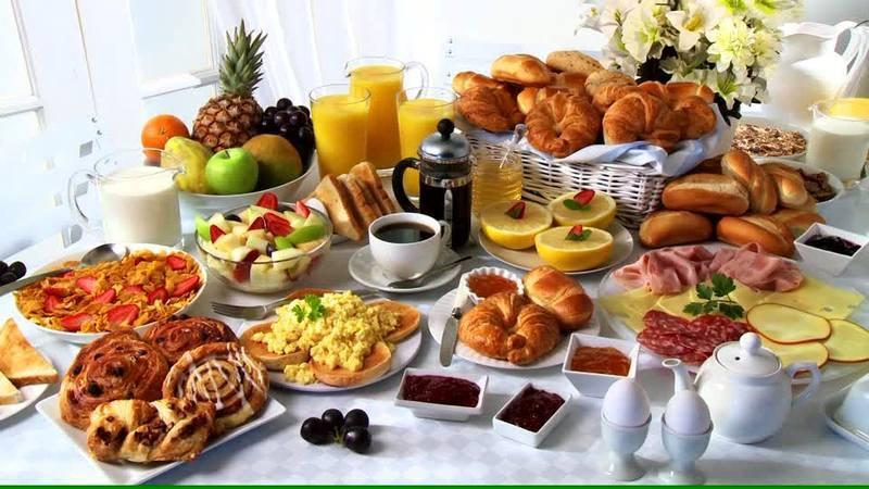 buffet-du-petit-dejeuner-assiette-froide-oeufs-brouilles-salade-de-fruits-bo-11-08-2016-cl1.jpg