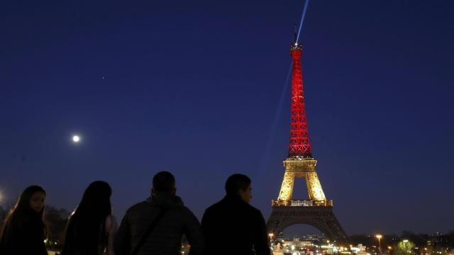 les-parisiens-rendent-hommage-aux-victimes-des-attentats-de-bruxelles_0.jpg